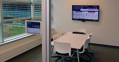 Conference room with chairs table and LED screen and a touchscreen salle de conférence avec une table des chaises un écran tactile et un écran DEL corporate corporatif collaboration